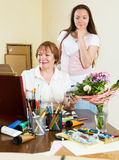 La mujer pinta una imagen para su admirador Imágenes de archivo libres de regalías