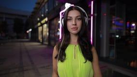 La mujer pone el auricular en la ciudad de la noche