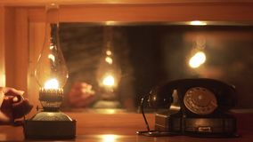 La mujer pone la linterna de keroseno en A la tabla metrajes
