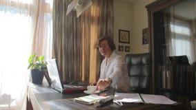 La mujer pone los vidrios, miradas en el monitor almacen de video