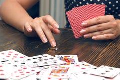 La mujer pone todo incluido en juego de póker Imágenes de archivo libres de regalías