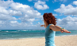 La mujer practica yoga en la playa imagenes de archivo