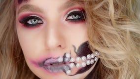 Videos De Maquillaje De Halloween.La Mujer Presenta Para La Camara En El Estudio Maquillaje Para