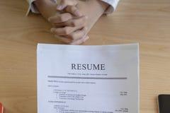 La mujer presenta la solicitud de trabajo, entrevistador que lee un curriculum vitae imágenes de archivo libres de regalías