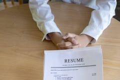La mujer presenta la solicitud de trabajo, entrevistador que lee un curriculum vitae fotos de archivo libres de regalías