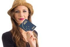 La mujer presenta su pasaporte brasileño Persona con los ojos verdes foto de archivo