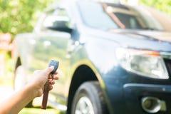 La mujer presionó en el telecontrol para abrir el coche Foto de archivo