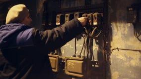 La mujer presiona el botón industrial almacen de metraje de vídeo