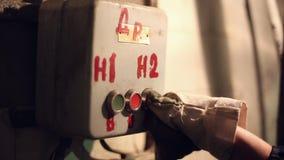 La mujer presiona el botón industrial metrajes