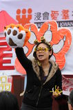 La mujer promovía los productos del tigre Imagen de archivo libre de regalías