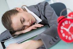 La mujer puso dormido a través de carpeta fotografía de archivo