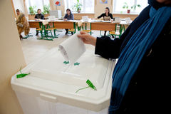 La mujer puso la balota de la elección en el rectángulo Fotos de archivo libres de regalías