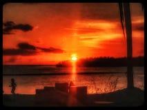 La mujer que activa en playa durante la Florida cierra puesta del sol fotos de archivo libres de regalías