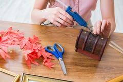 La mujer que adorna la caja de regalo para la ocasión especial Fotos de archivo libres de regalías