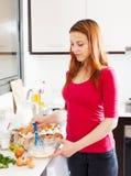 La mujer que azota la pasta en cuenco, usando bate Imagen de archivo libre de regalías