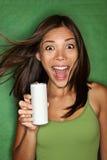 La mujer que bebe de espacio en blanco puede Imagen de archivo libre de regalías