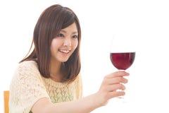 La mujer que bebe el vino Foto de archivo libre de regalías