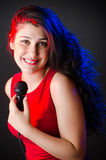 La mujer que canta en club del Karaoke Fotos de archivo