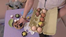 La mujer que clasifica los huevos acerca a la tabla
