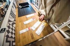 La mujer que compara precio en los muebles del buceador fija y los dispositivos Foto de archivo