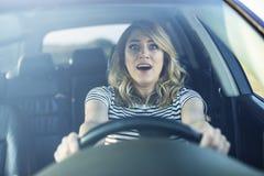 La mujer que conduce el coche en un pánico Fotos de archivo