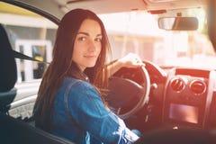La mujer que conduce la sonrisa del coche Imágenes de archivo libres de regalías