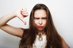 La mujer que da los pulgares abajo gesticula Imagen de archivo