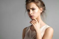La mujer que duda atractiva pide Imagen de archivo