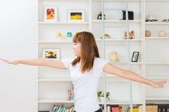 La mujer que estira ejercicio Imágenes de archivo libres de regalías