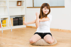 La mujer que estira ejercicio Fotos de archivo