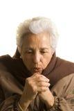 La mujer que guarda sus manos se calienta Fotografía de archivo libre de regalías