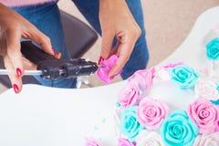 La mujer que hacía artificial subió Foto de archivo libre de regalías