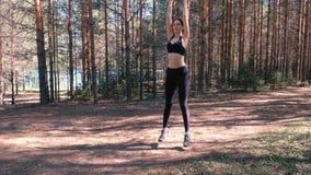 La mujer que hace deportes ejercita en el bosque por el lago Cámara lenta metrajes