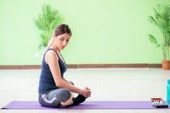 La mujer que hace ejercicios en casa imagen de archivo