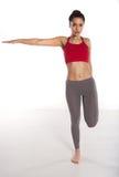 Mujer que hace ejercicios de equilibrio Imagen de archivo libre de regalías
