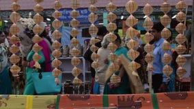 La mujer que hace el yute empaqueta, los artículos de la artesanía en la exhibición, Kolkata metrajes