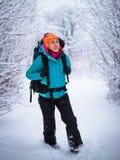 La mujer que hace excursionismo joven disfruta de la naturaleza en bosque hermoso del invierno Imagenes de archivo