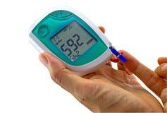 La mujer que hace la prueba del azúcar de sangre, el valor del azúcar de sangre es o medido Fotos de archivo
