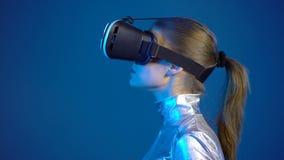 La mujer que lleva realidad virtual googlea la mirada del espacio en blanco de la copia metrajes