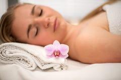 La mujer que mentía en la tabla del masaje prepaired para el tratamiento de la belleza Fotografía de archivo