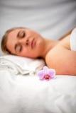 La mujer que mentía en la tabla del masaje prepaired para el tratamiento de la belleza Imagen de archivo