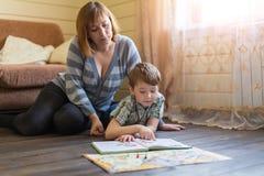La mujer que mentía en el piso enganchó a lecciones con un hijo joven Fotos de archivo