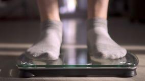 La mujer que mide el peso mediante escalas La mujer salta con alegría El peso se convirtió menos metrajes