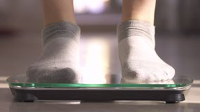 La mujer que mide el peso mediante escalas La mujer salta con alegría El peso se convirtió menos almacen de metraje de vídeo