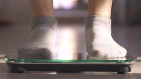 La mujer que mide el peso mediante escalas La mujer salta con alegr?a El peso se convirti? menos almacen de metraje de vídeo