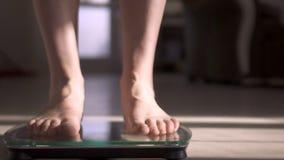 La mujer que mide el peso mediante escalas El peso se convirtió menos almacen de video