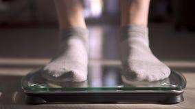 La mujer que mide el peso mediante escalas El peso se convirtió menos almacen de metraje de vídeo