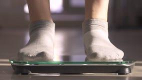 La mujer que mide el peso mediante escalas El peso se convirti? menos almacen de metraje de vídeo