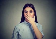La mujer que parece sorprendida en incredulidad completa entrega la boca abierta de par en par Foto de archivo