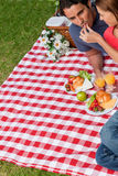 La mujer que pone el alimento en sus amigos articula Fotos de archivo libres de regalías